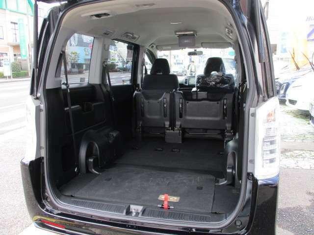 サードシートを収納せれば、トランクスペースは、使用感無く広く尽きられています!!