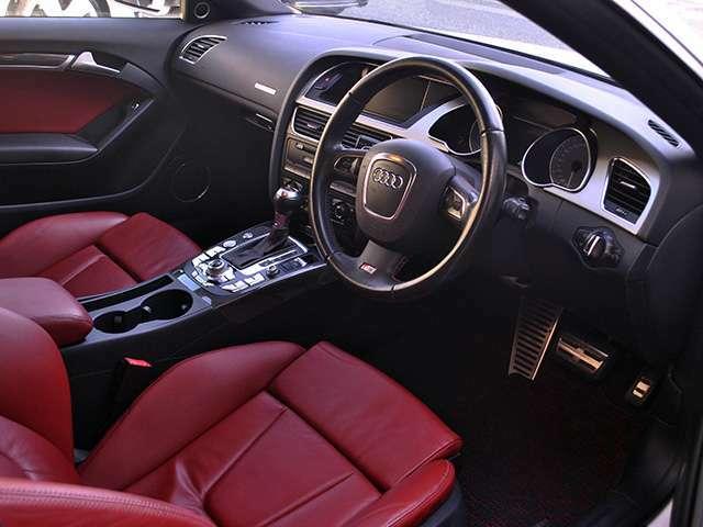 S5純正スポーツレザーシートも気になるほどのダメージもなくブラック×レッドの内装がオシャレです♪♪