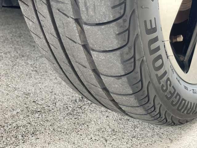 タイヤの残り溝をご確認ください。