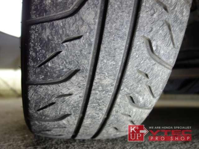 タイヤ溝は使用可能レベルです。ハイグリップタイヤの中でも定評のあるBS製RE71Rを装着しておりますが、製造から5年以上経過しております。タイヤ価格に自信あり!タイヤ交換も是非ご相談下さい。