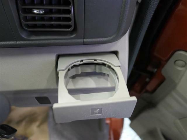 【オープンカップホルダー】エアコン吹き出し口下部に設置されていますので使いやすさバッチリ!運転席から手の届くちょうどの位置です!