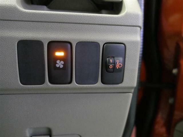 このスイッチがあれば、ヘッドライトの照射軸を一定に保つマニュアルレベリング機能で先行車・対向車への眩惑光防止に配慮します。ヘッドライトの高さ調節が出来るので、視界も良好♪