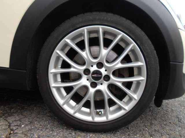ホイールにはJCW用の17インチが装着されており、タイヤは2018年製のランフラットタイヤが装着されております。多少の傷はございますが全体的に綺麗な状態で、タイヤの残り溝もまだございます!