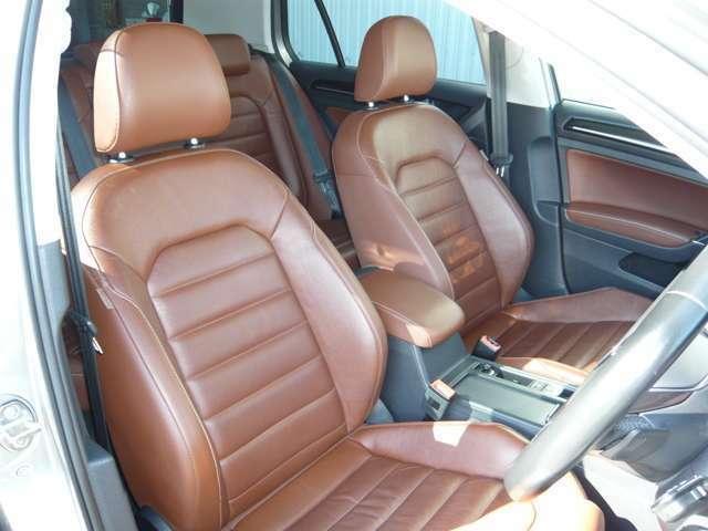 運転席のみパワーシート&高級感あるレザーシートが装着してあります。
