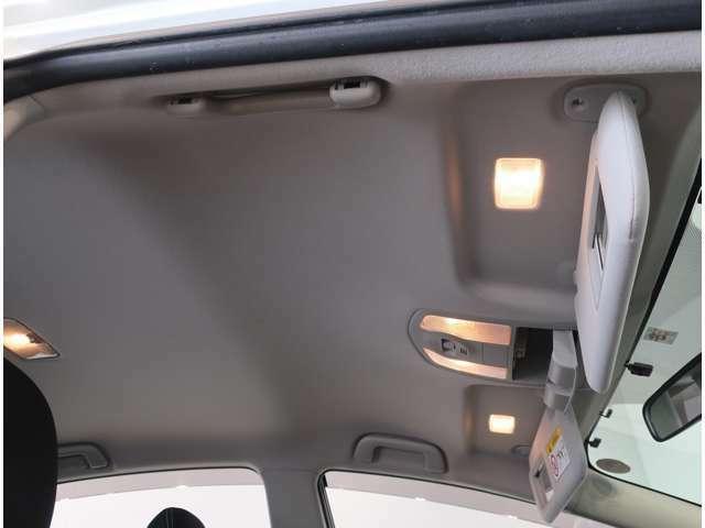 身だしなみチェックに便利な照明付きバニティミラーをフロント両席にご用意。