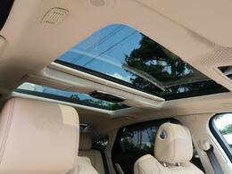 【パノラミックルーフ】車内に気持ちいい自然光が差し込み、頭上に広がる風景をお楽しみいただけます。快適な車内温度を維持し日差しから乗員とインテリアを守るダークカラーのガラス。電動スライド機構付き!