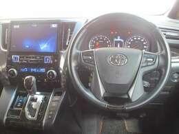 フロントガラスが大きいので、視界が広いです!車幅感覚が掴みやすく、狭い道でも安心して運転できます!●開放感のある●運転席です♪