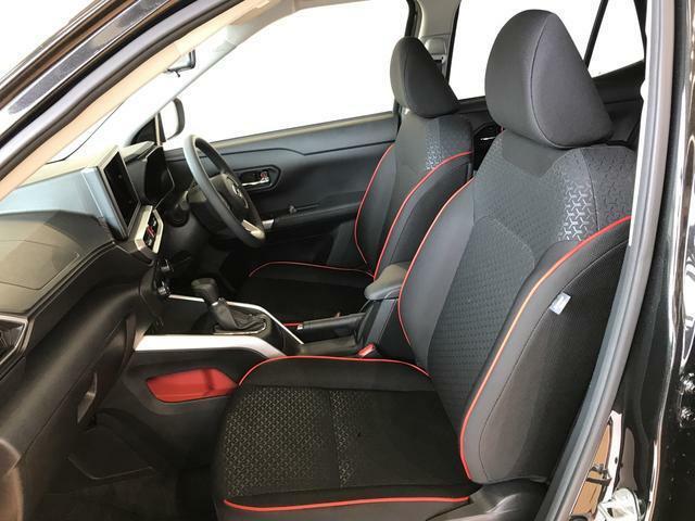 運転席の座面高さを調整できるシートリフターが付いています。