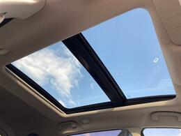 【パノラミックガラスルーフ】解放感溢れるサンルーフ☆車内には爽やかな風や太陽の穏やかな光が差し込みます☆