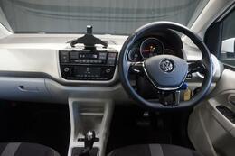 シートヒーターやクルーズコントロールも装備しております。