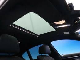 ●ガラスサンルーフ『メーカーオプションとして装着されております。開放感に溢れ、高級感もUP♪ポイントの高い装備です。もちろん動作確認も済ませております。ご安心ください。』