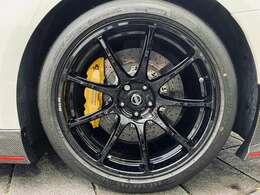 ○カーボンセラミックブレーキ ○レイズ製20インチ鍛造ホイール ○新開発サスペンション/ハイグリップタイヤ