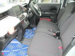 ゆったりベンチシートです。大きな汚れ・ニオイの無いきれいな車内です。(^O^)