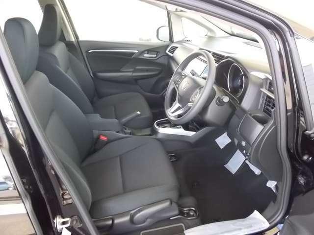 運転席は、大きな座面と包み込むような背もたれがドライバーの身体全体をしっかり支えます。上質なシート素材と座り心地のよいクッションを採用し、長時間の運転やコーナーの多い道も快適です。