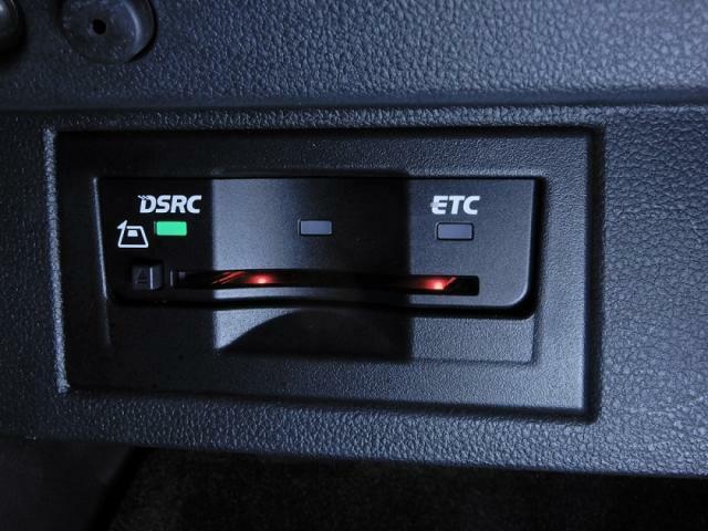 ETC2.0対応車載器。全国の高速道路に設置されたITSスポットとの高速大容量(ETCの4倍)、双方向通信で、世界初の路車協調システムによる運転支援サービスを受けることができます。