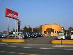 4号線沿いの赤い看板に、オレンジ色の事務所が目印!