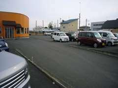 広々展示場。駐車スペースたっぷりあります。