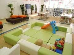 キッズも安心して遊べる広々ショールームに、癒しのフジカフェ!