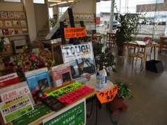 店内は観葉植物と広い室内でゆっくりと落ち着いてお待ち頂けるような雰囲気ですよ~。人気のロードスターも展示してますよ♪