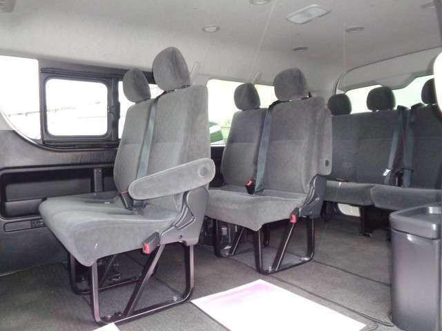 4列シート10人乗りの広い車内!パワースライドドア装備!大勢でのお出かけや乗り合いでのお仕事に大活躍ですね!室内大きなダメージは感じられずに程度良好!後席モニター取り付けも承ります!