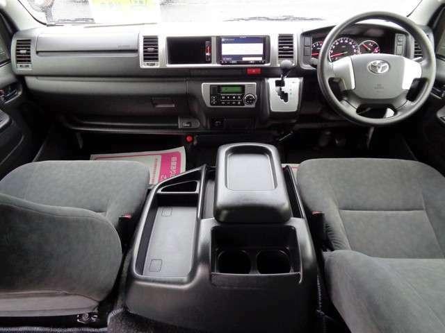 クリーニング済みの綺麗な運転席!ワイドボディーならではのゆったり空間!気持ち良くお乗り頂けます!Wエアバッグ・ABS・イモビライザー・オートエアコンと快適装備!4WDですのでレジャーにも大活躍!