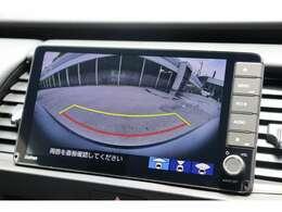 オプションのフロントカメラで前方の視界も安全に確保できます。