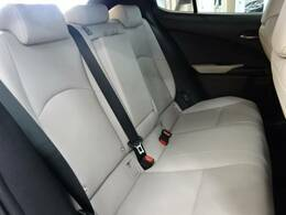 セカンドシートはゆったりとくつろぎの空間。大人二人が乗っても十分なスペースが確保されております。