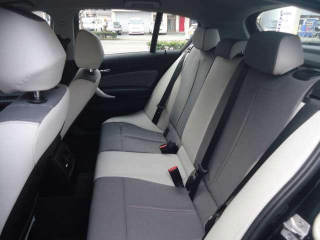 白と黒のツートンカラーのシートでとてもかわいいです♪ 後席もエアコンがありますので快適に過ごせます。