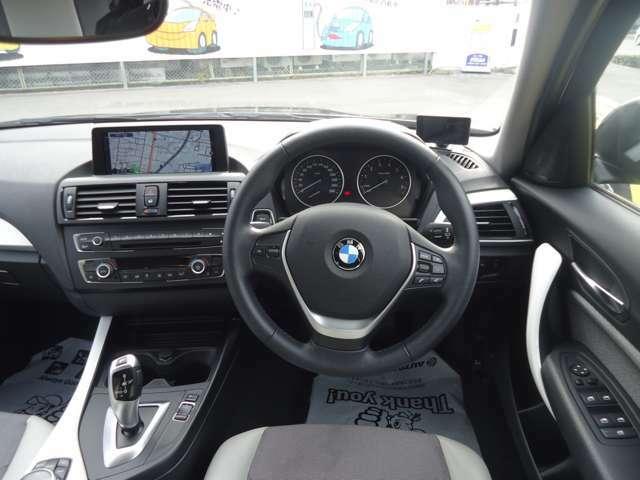 ハンドルの調整幅が広いので最適なドライビングポジションで運転が楽しめます。お手元操作で音量調整、通話可能です。