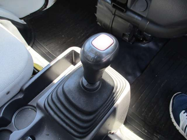シフト周りです!通常走行は、後輪タイヤで走行します。切替えによって、4WDになります。ELも付いています。