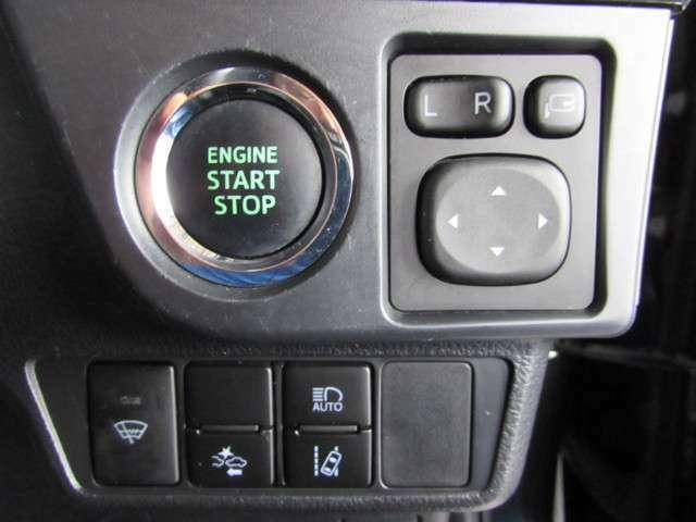 スマートキーを携行していれば、ブレーキを踏みながらパワースイッチを押すだけでエンジン始動できます。