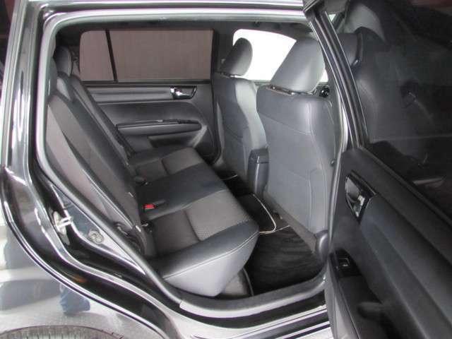 後席ドアは開口が広く乗り降りが楽、足元にも余裕がありロングドライブでも疲れない座り心地の良いシートです!