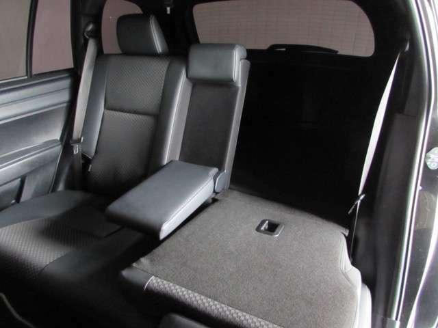 リヤシートは2分割。お乗りになる人数や荷物の大小によって、シートアレンジで荷物のスペースを広くする事が出来ます!