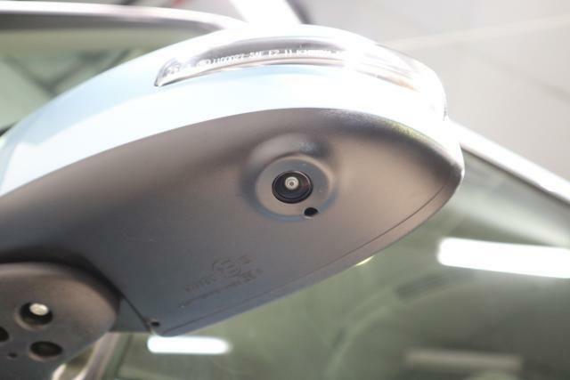 全周囲カメラ用サイドカメラ:クルマどうしのすれ違い時や幅寄せも安心してできます!(ナビゲ-ションを取り付けると使用可能になります。)