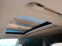 ●人気のオプション装備の【ムーンルーフ】付き☆風を取り入れる事ができ車内からの開放感と、高級感もアップします☆