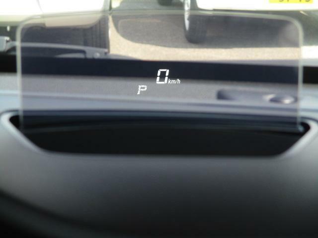 運転席前方に【ヘッドアップディスプレイ】を搭載。車速・シフト位置などの情報を表示。