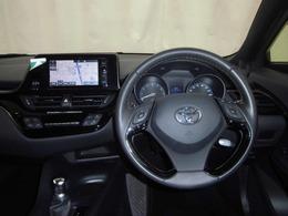 運転の際、常に目にする部分だけにシックで飽きのこないデザインがGOODですね。