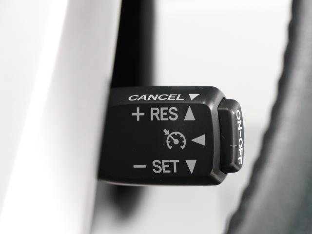 クルーズコントロール機能が付いています。 速度を設定するとアクセルを踏まなくても一定の速度で走ることができます。  高速道路ではとても便利な装置なんです。