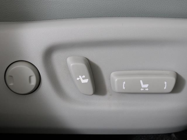 電動パワーシートはボタン一つで細やかな調節が可能ですよ。 意外に力が要るシートの移動もラクラク、思い通りのポジションが見つかります。