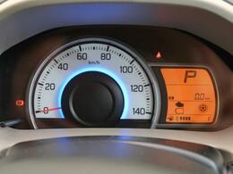 視認性高く、一目で車両の情報が見て取れるメーターパネル。