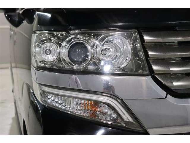 暗い夜道も明るく照らしてくれるHIDヘッドライト!道路脇の人や障害物を明るく照らすので夜間や雨天時の運転も安心!
