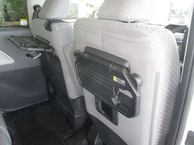 ☆ドリンクや小物が置けて便利!!運転席と助手席のシートバックに折りたたみ式のテーブルが付いています♪安全のため、走行中はテーブルを格納し、使用しないでください。