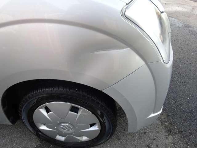 運転席側フロントフェンダーに凹みがあります。