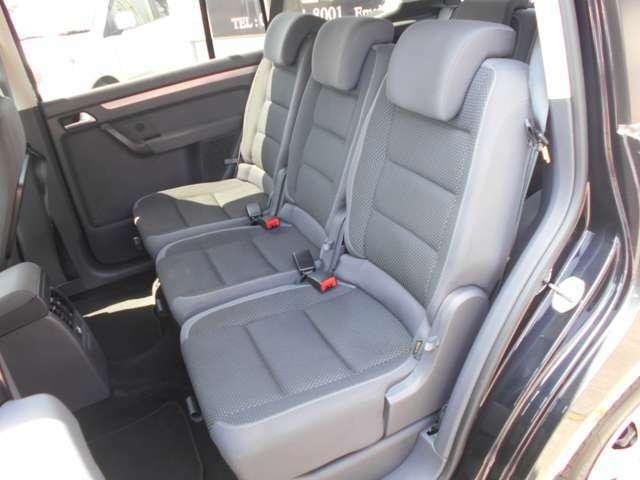 後部座席は全く使用感がなく非常にキレイです!また、前席同様、非常に頑丈で、しっかり作られていて、乗車に国産車のような疲れることはありません。乗車される方全員が安心安全で快適に目的地まで移動出来る車です