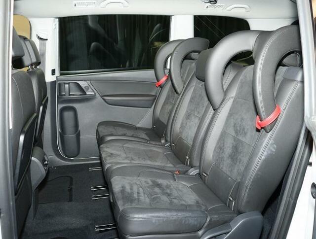 【リヤシート】乗員がいない時はヘッドレストを下げて後方視界を確保します。インテグレーテッドチャイルドシートのヘッドレストガードは取り外し可能です。