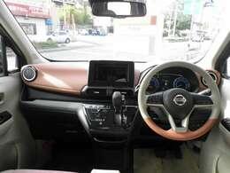 ピンクとベージュの内装で、車内はとても華やかです。