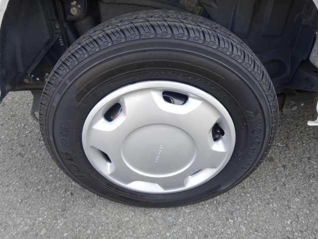 タイヤもこのような状態ですのでまだまだ大丈夫です★ご希望のお客様にはスタッドレスタイヤ4本(中古)もお付け致します★