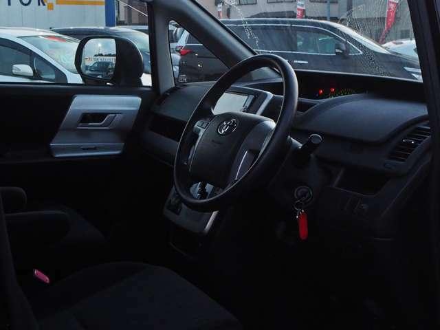 ブラック調に整えられた運転席。