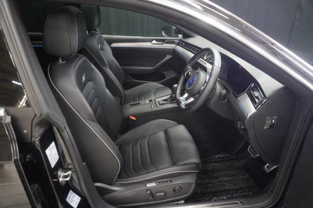 上質なナパレザーシートは滑りにくく、またホールド性に優れ長時間の運転でも疲れにくい設計になっております。