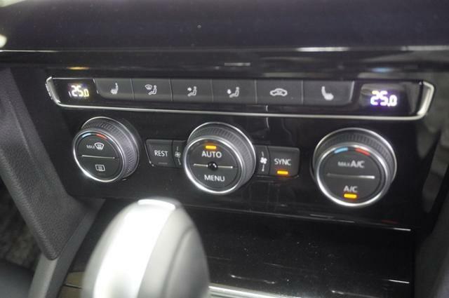 ゾーンフルオートエアコン搭載、左右でそれぞれ温度調節ができ、運転席助手席それぞれ快適な温度でドライブできます♪。